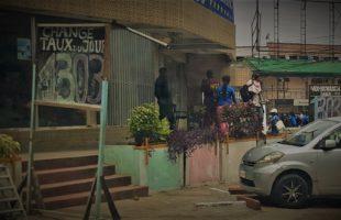 RDC : Surchauffe à Kinshasa, le dollar franchit la barre de 1 300 francs !