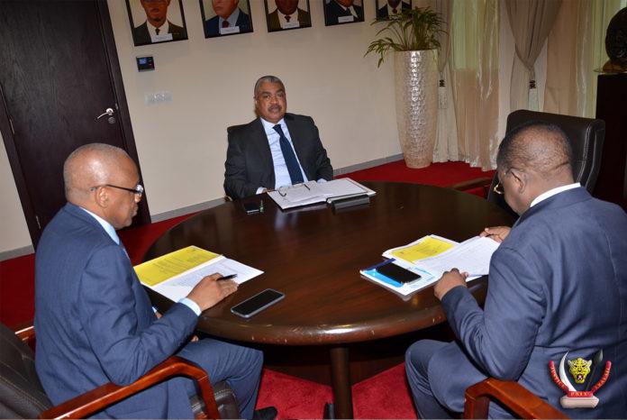 Les membres du Gouvernement Badibanga examinant la question relative à la nouvelle structure des prix du carburant. Ph. Primature