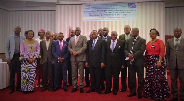Le-conseiller-spécial-du-Chef-de-l'Etat-Luzolo-Bambi-entouré-des-dirigeants-des-entreprises-publiques