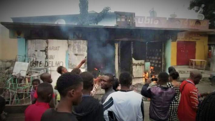 Ces deux faits ont impactés sur la vie socio-économique du kinois ce vendredi 14 Juillet 2017. Deux morts dont l'Administratrice du Marché central, 6 blessés, 4 détenus se sont évadés, deux postes de la police incendiés et 1 assaillant arrêté... C'est le bilan provisoire dressé par la Police Nationale Congolaise. Cependant, la paralysie des activités au centre-ville n'a pas empêché la poursuite du décrochage de la monnaie nationale. A la clôture, le taux de change a affiché 1 650 CDF pour 1 Dollar US.