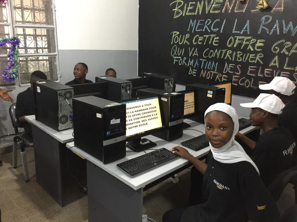 Kinshasa: Rawbank offre 82 ordinateurs à une école privée à Barumbu 1